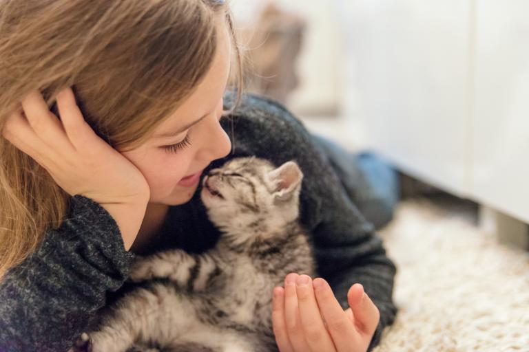 Dievča s mačkou