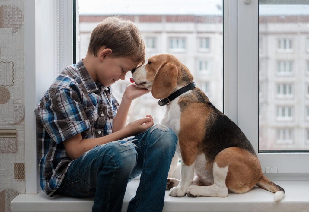 chlapec so psom
